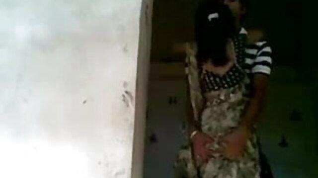 લવચીક બ્લાઉઝ માં છોકરી ચુંબન ધીમેધીમે પગ પર ફુલ સેકસી એચડી વીડીયો આંગળીઓ
