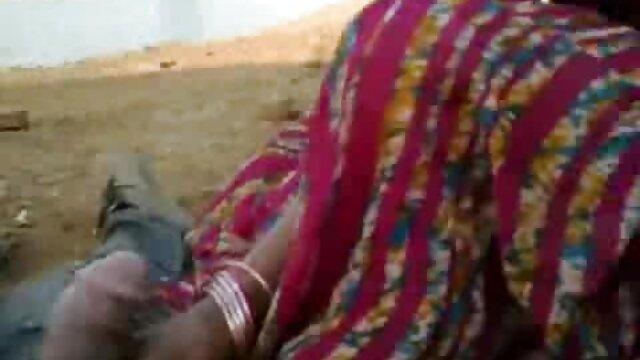 છોકરી સ્પ્રેડ તેના પગ પર બાજુ પર પડે છે અને મોટા dildos બીપી વીડીયો સેકસી ગુજરાતી