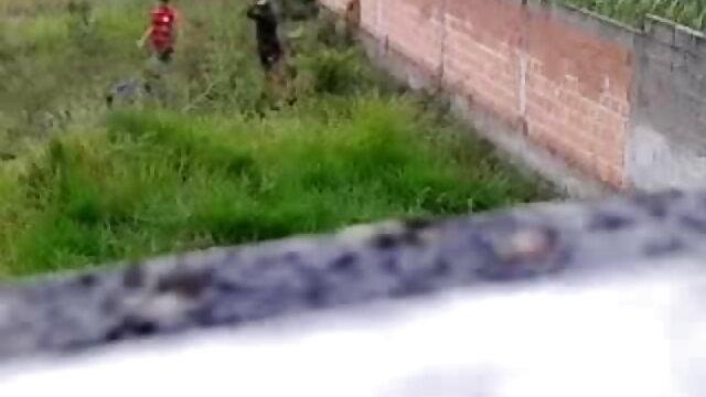 આ વ્યક્તિ કોચથી પર લીલા કરવા માટે એક સેકસી બીપી વીડીયો ગૃહિણી સફેદ ઝભ્ભો, હોલો